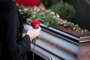 Ce înseamnă când visezi că moare cineva apropiat? Interpretarea visului în care îţi moare cineva drag